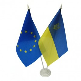 флажок Украина и Евросоюза на подставочке