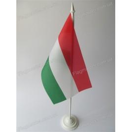 флаг Венгрии на подставке