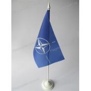 прапор НАТО на підставці